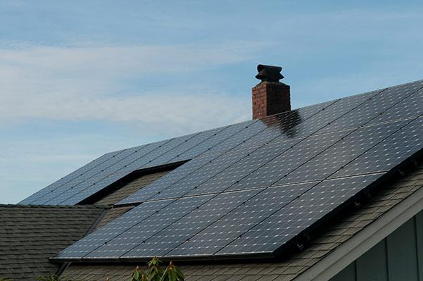 toiture avec panneaux photovoltaïques